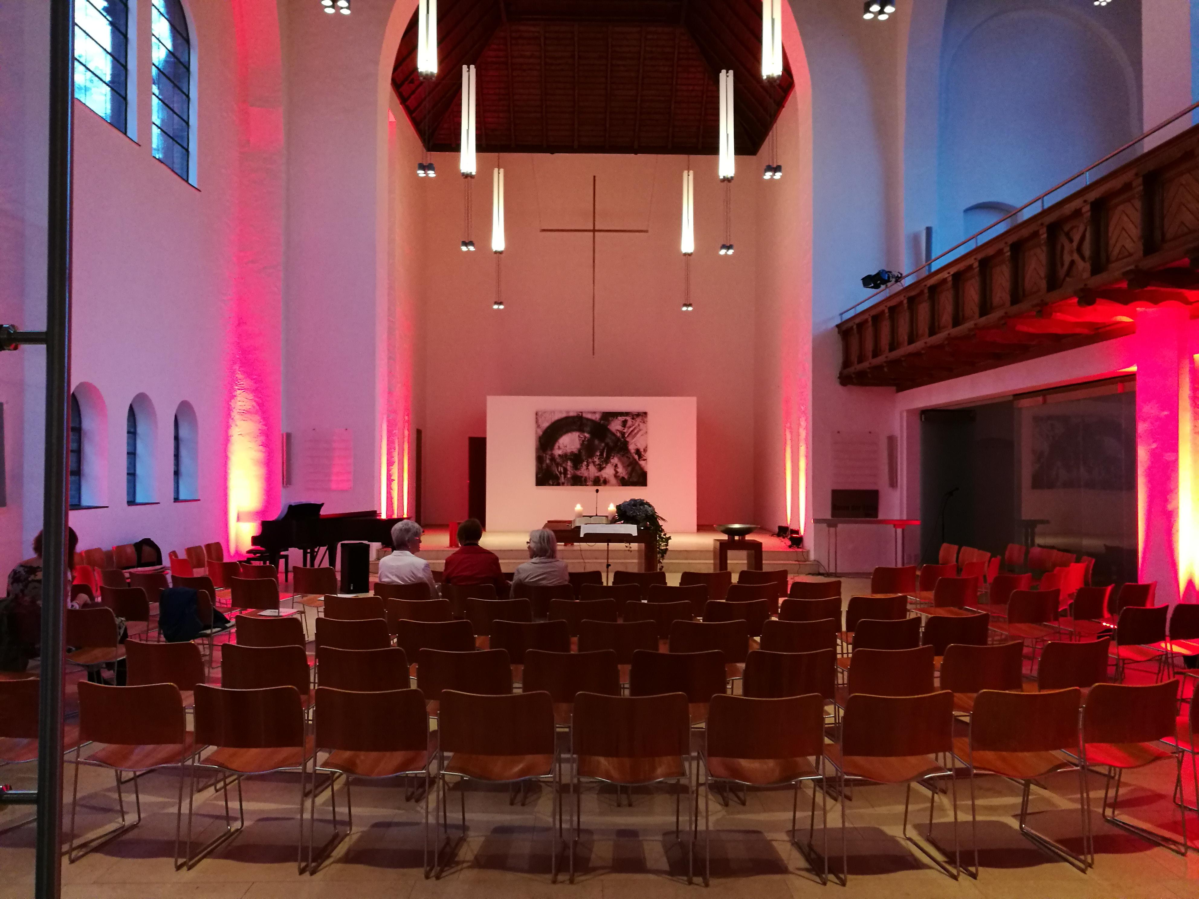 Blick in die Johanneskirche mit stimmungsvoller Beleuchtung